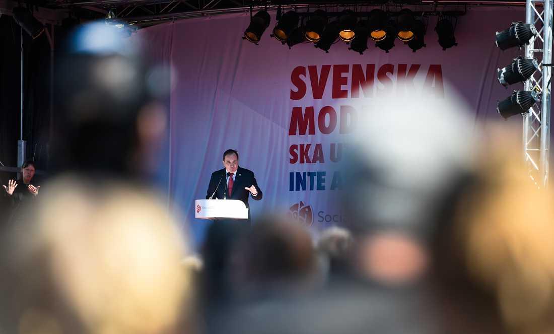Stefan Löfven fick avbryta sitt tal efter protester.