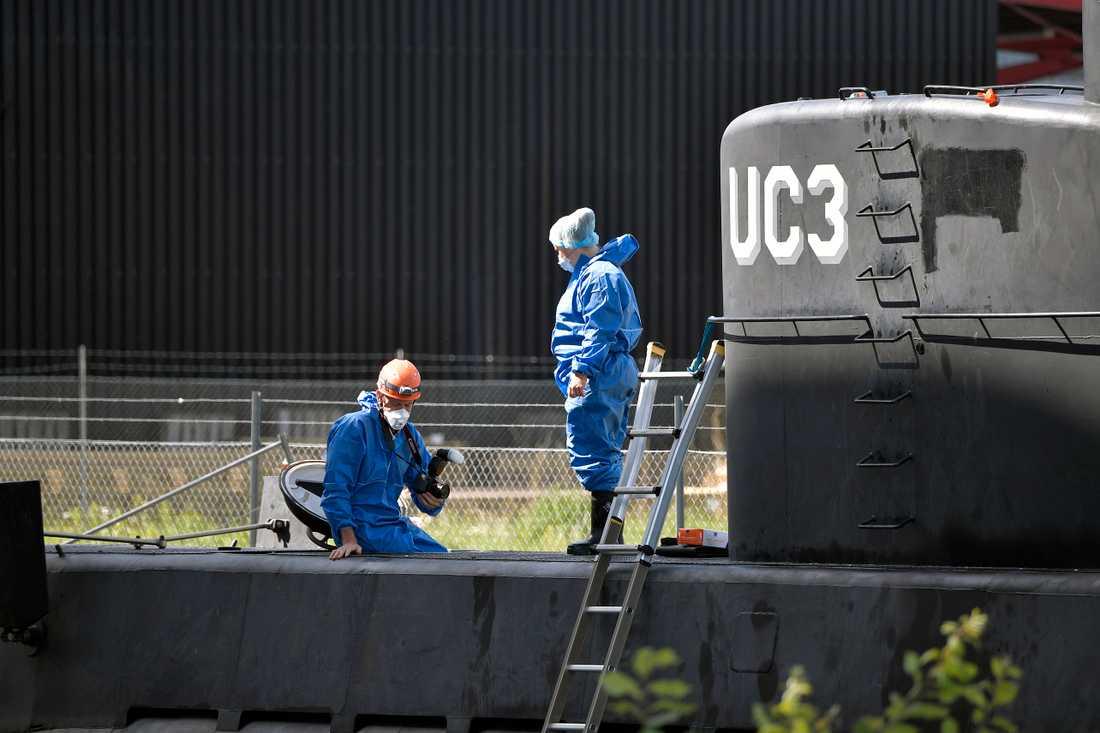 Polistekniker fortsätter att undersöka ubåten under måndagen.