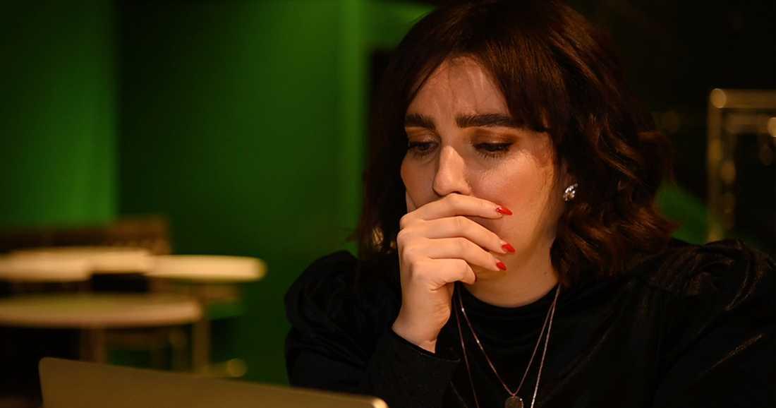 Shima Niavarani när hon ser inslaget om Emma Schols.