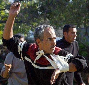 Bilder visar att delar av demonstranterna kastade sten mot militären.