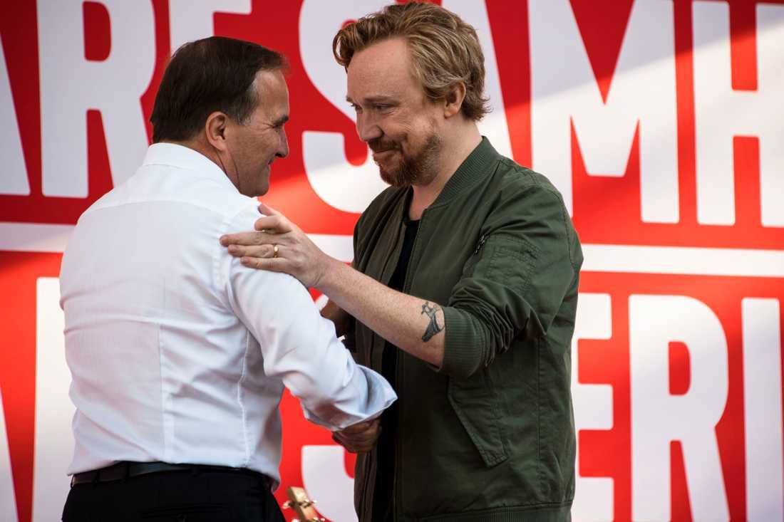 Stefan Löfven och Lars Winnerbäck, på Almedalsscenen.