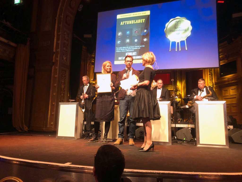 Aftonbladets Titti Jersler och Erik Wiman tar mot priset på galan.