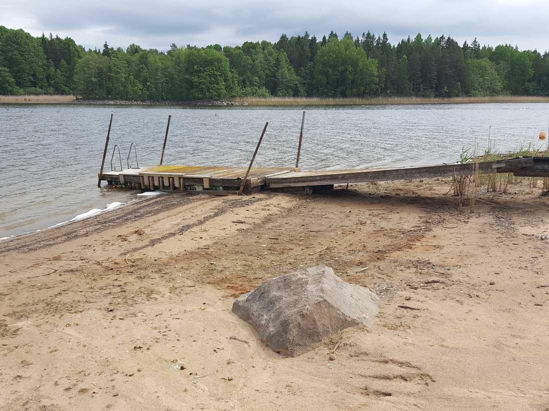 Samma brygga när sjön tömts på vatten.