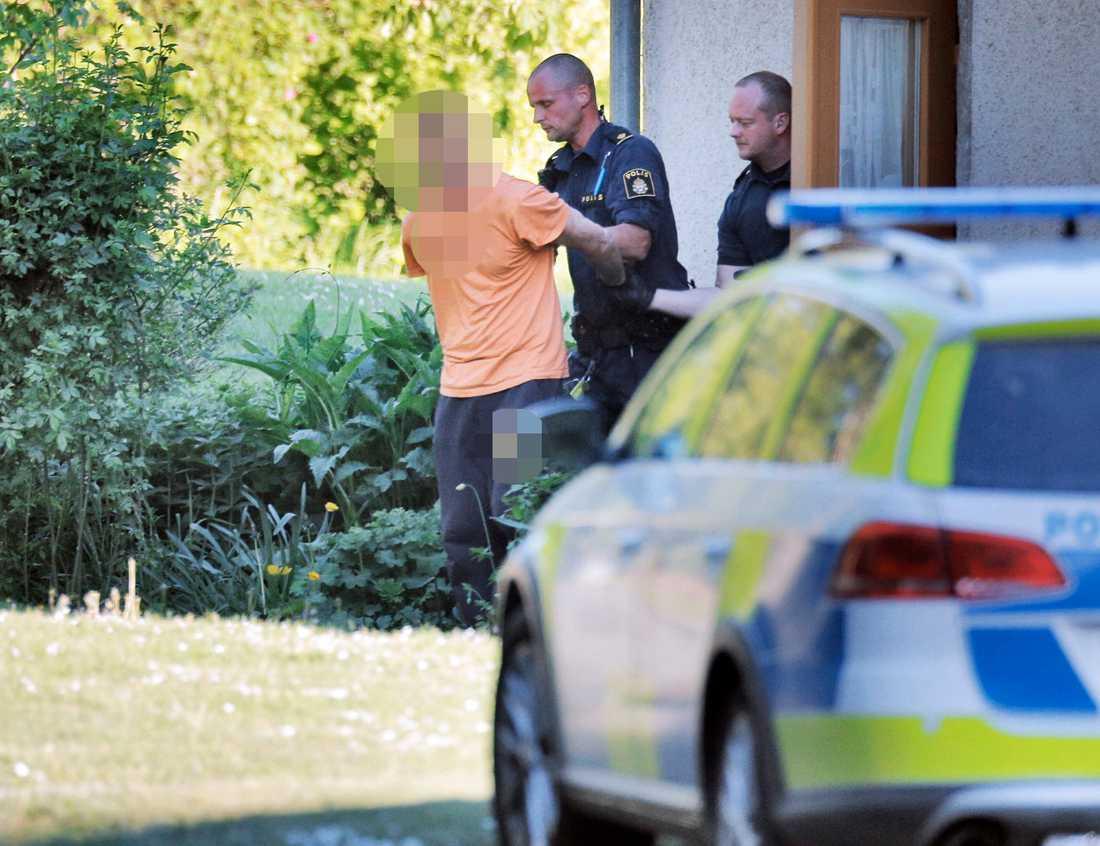 Polisen har omhändertagit flera personer i samband med sökandet efter försvunna Lisa, 17.