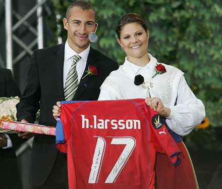 """""""Den är tvättad"""" Av Victoria-stipendiaten Henke Larsson fick kronprinsessan en använd, men ren matchtröja"""