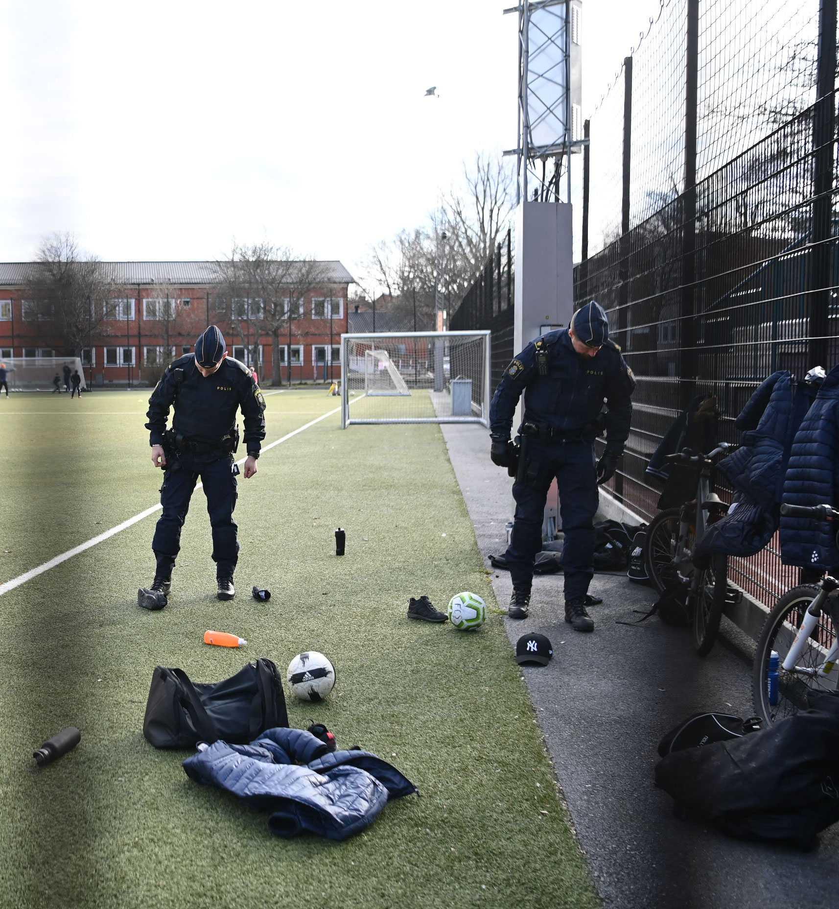 Polisen söker vid en fotbollsplan i området.