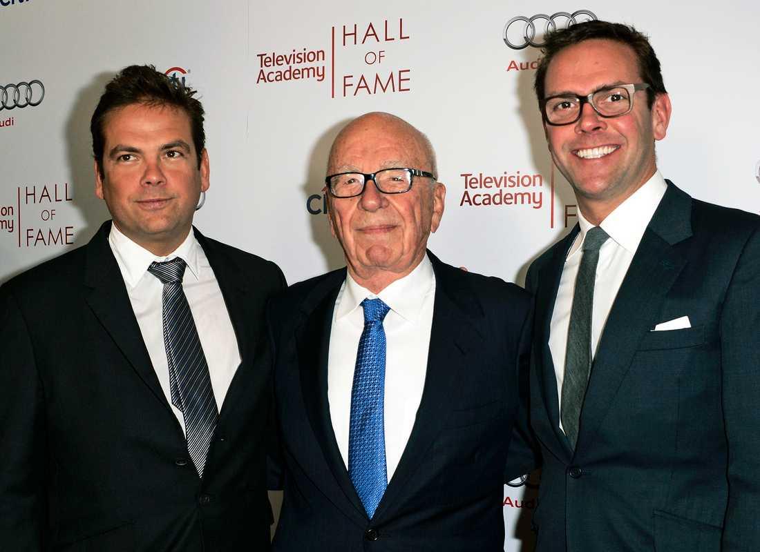 Mediemogulen Rupert Murdoch, i mitten, omgiven av sönerna Lachlan, till vänster, och James vid en tv-gala i Kalifornien 2014. Arkivbild.