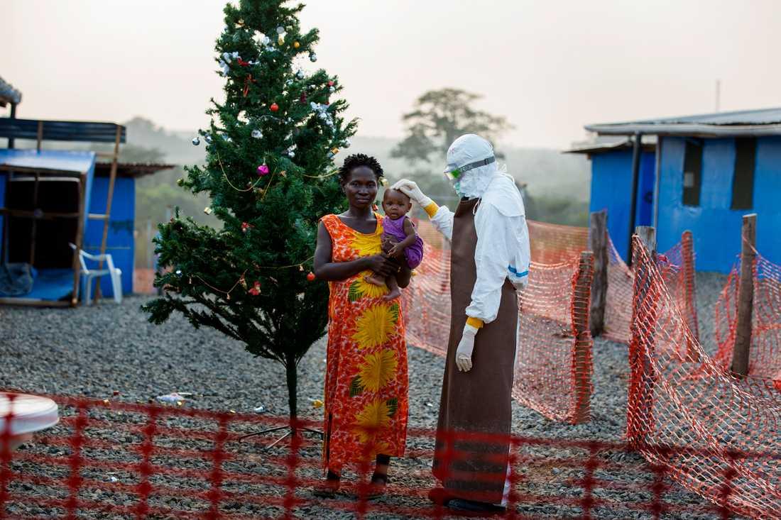 Tre månader gamla Josephine har ebola. Hennes mamma Korto har själv överlevt ebola, och är därför immun och kan ta hand om Josephine inne på ebolakliniken. Josephines värden går åt rätt håll, men det kan snabbt vända.  - Allt jag önskar är att hon överlever, säger Korto.