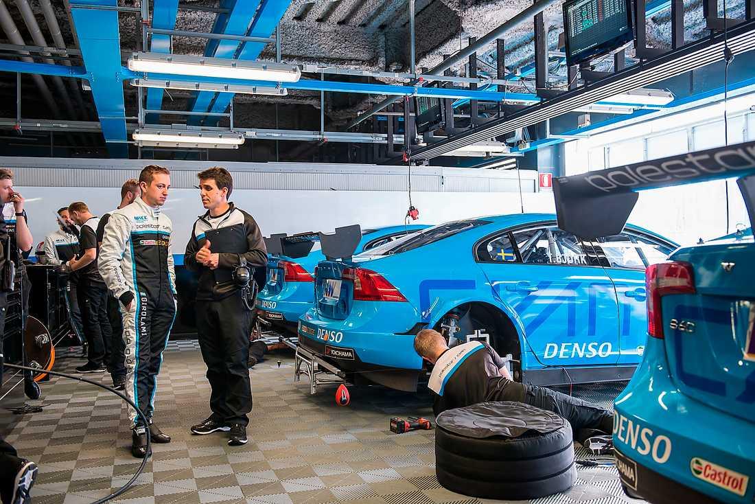 Bilder inifrån Polestar Cyan Racing under testerna på Monza. Den 8 april inleder Thed Björk VM-serien med tävlingar i Marocko.