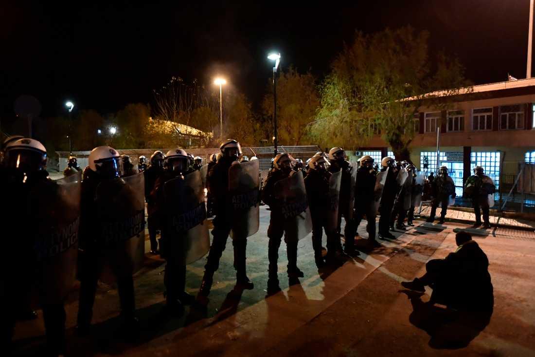 En person visar sig missnöje mot bygget av nya läger, som ska ersätta nuvarande läger på öarna Lesbos, Samos och Chios.