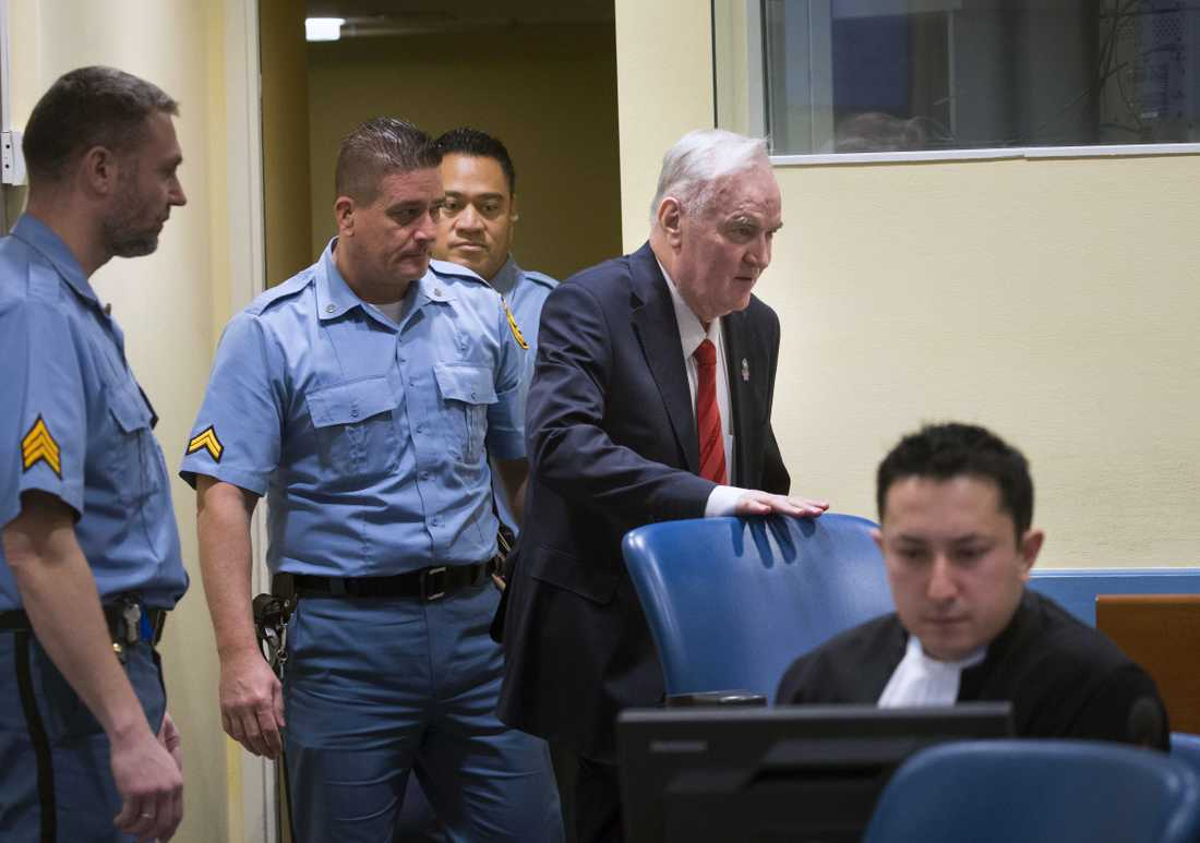 Ratko Mladic anländer till domstolen på onsdagsmorgonen.