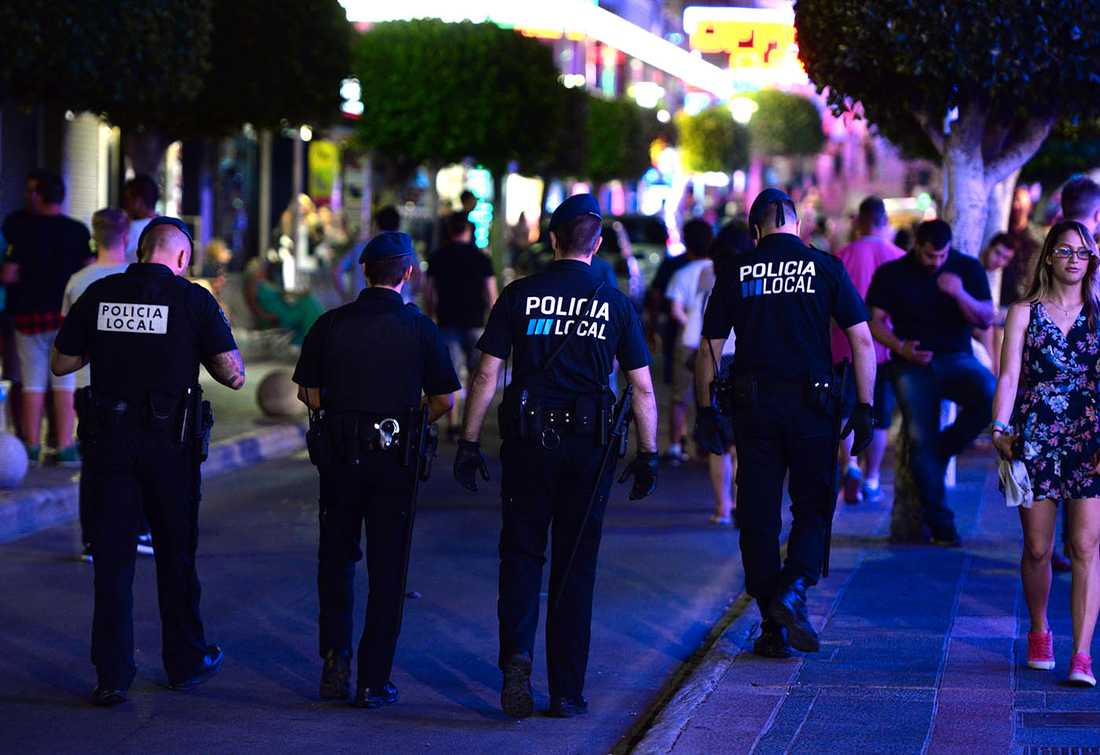 Festande ungdomar möter polis i Magaluf 2015.