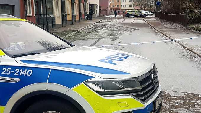 Mannen hittades blodig i närheten av polishuset.