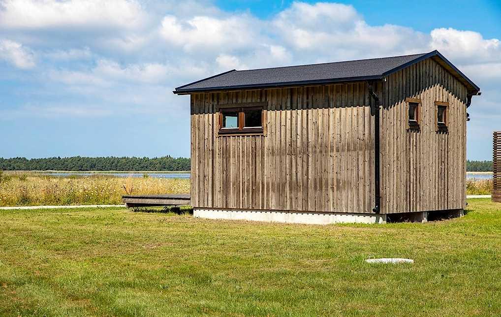 Bostadsrättsstuga på 21 kvadratmeter i Burgsvik på Gotland. Utgångspris: 1 040 000 kronor. Säljs via Länsförsäkringar Fastighetsförmedling.