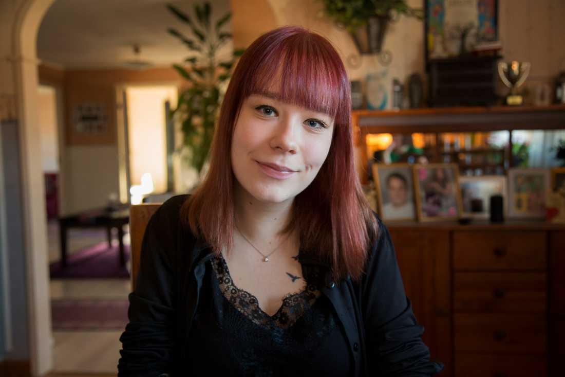 Efter många års mobbning började Julia Andersson att svälta sig själv. Nu delar hon med sig av sin starka historia för att hjälpa andra unga att våga ta steget att söka hjälp.