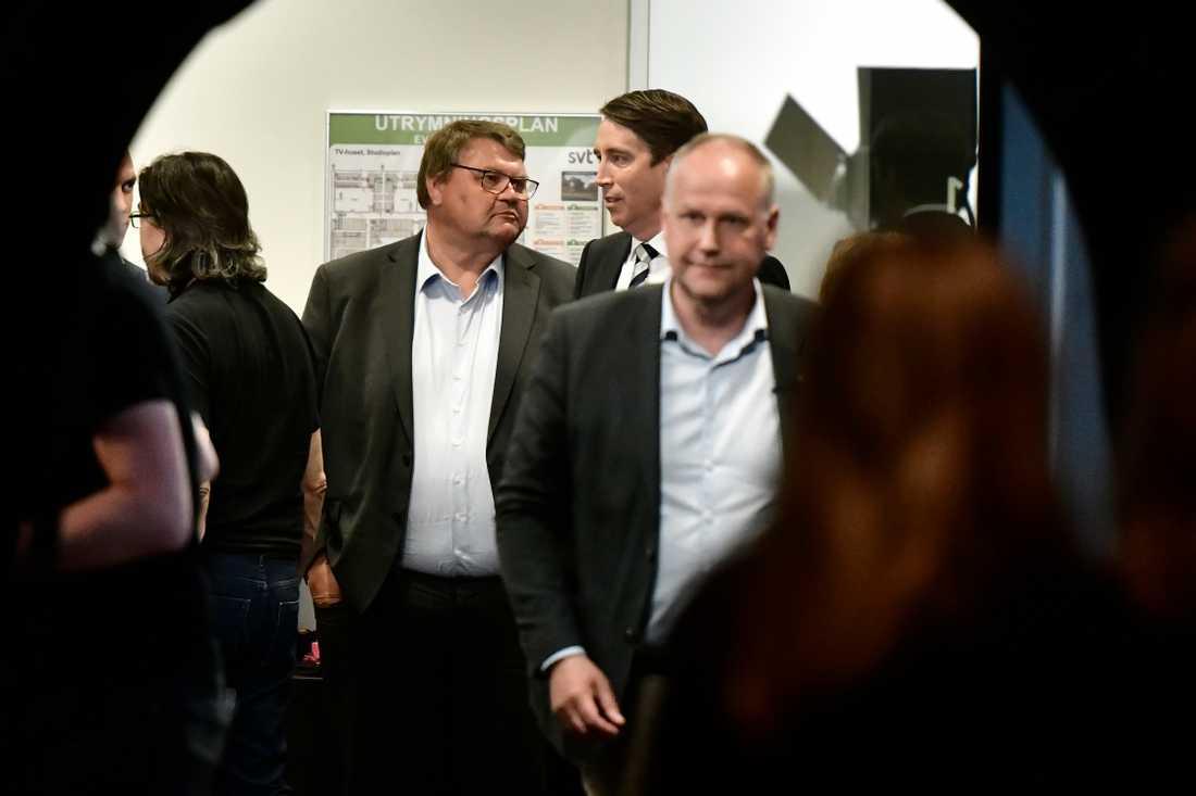 SD:s Peter Lundgren och Richard Jomshof i samtal på SVT:s valvaka. Vänsterledaren Jonas Sjöstedt syns längst fram på bilden.