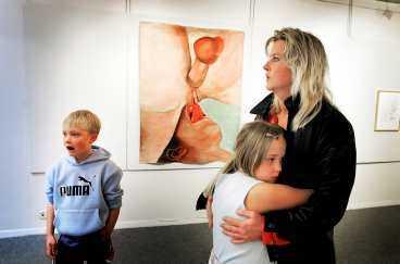 """INTE UPPRÖRD """"Vad är det för fel på det här?"""" säger Ulrika Persson, 40, som tagit med sig barnen, tvillingarna Andreas och Sofia, 8, för att se på konstnären Anna Jans omdebatterade tavlor på biblioteket i Borlänge."""