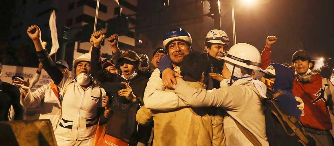 Aktivister i Quito jublar sedan president Moreno i söndags kväll upphävde beslutet att höja priset på drivmedel.