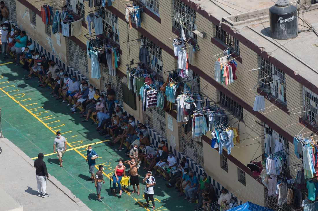 Interner protesterar i ett fängelse i Peru under tisdagen.