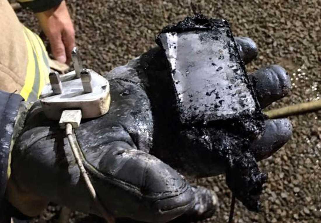 Telefonen hittades av brandmännen.