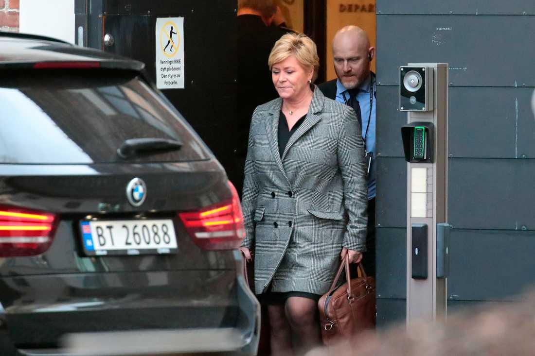FRP:s partiledare Siv Jensen lämnar statsministerns kansli efter ett möte på måndagsförmiddagen.