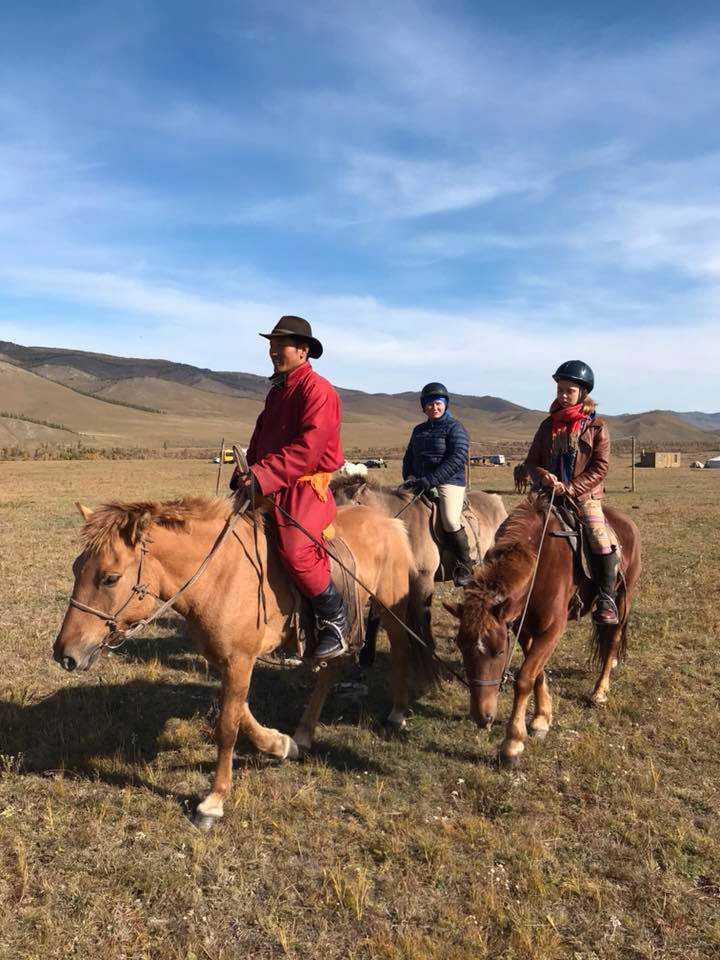 Under stoppet i Mongoliet kom kunskaperna från ungdomens ridskola väl till pass.