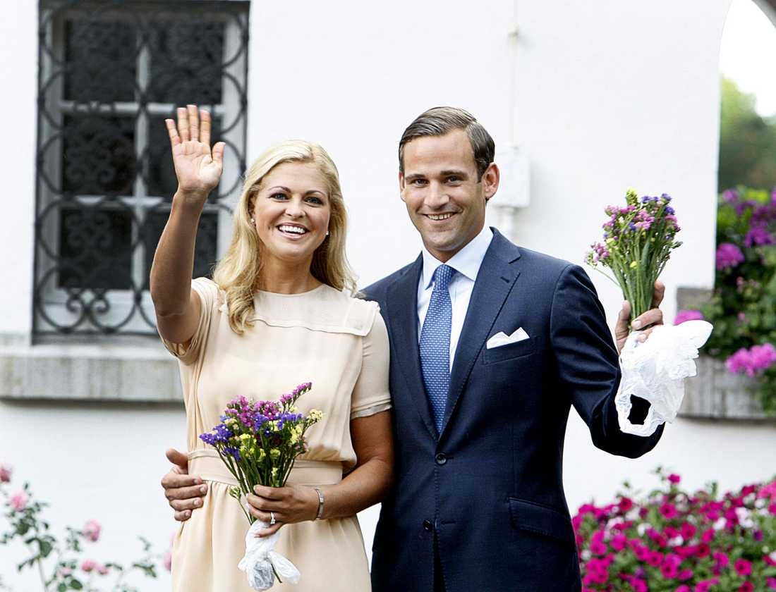 Förlovningen Förlovningen, med juristen Jonas Bergström, skedde i augusti 2009. Kort därefter mötte de press och allmänhet på Solliden, Öland, och berättade om kärleken. Men förlovningen sprack och tillhör nu det förflutna.