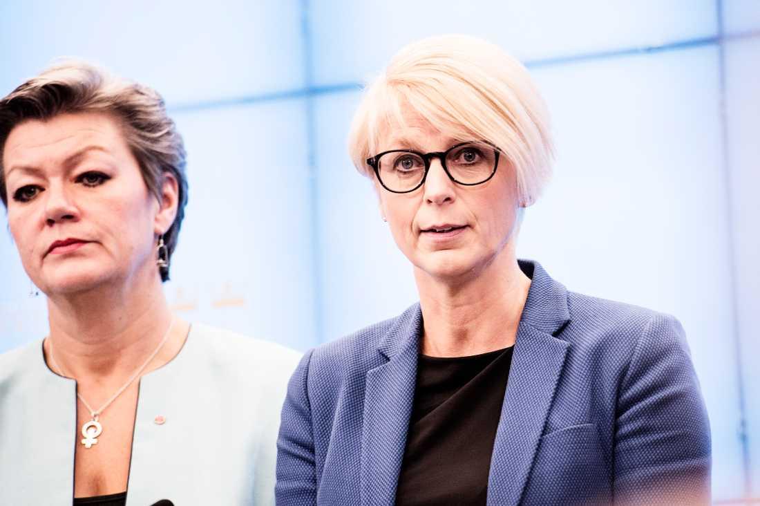 Elisabeth Svantesson (M) i bakgrunden Ylva Johansson (S).