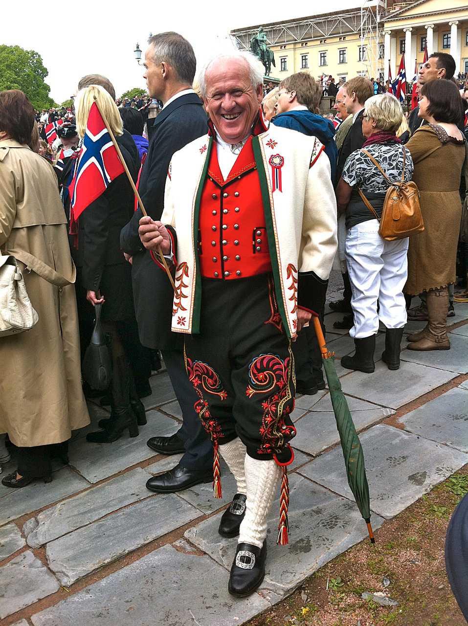 """Bröllopsstassen Stein Smith, 67, sydde upp sin kostym inför sitt bröllop för många, många år sedan. """"Sedan dess använder jag den till bröllop, konfirmationer, dop och sjuttonde maj. Du måste hälsa Sverige från mig att jag älskar er!"""""""