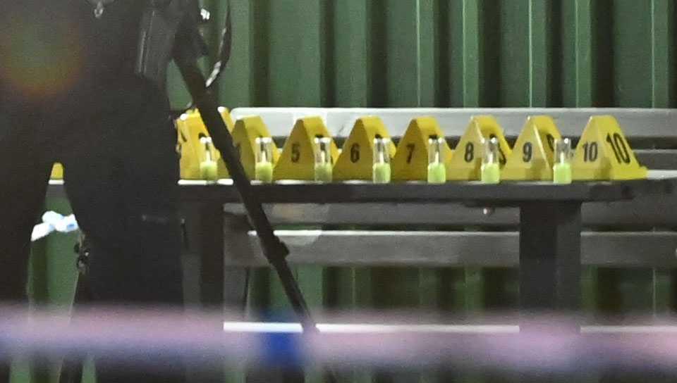 Polisen hittade tio tomhylsor utanför porten.