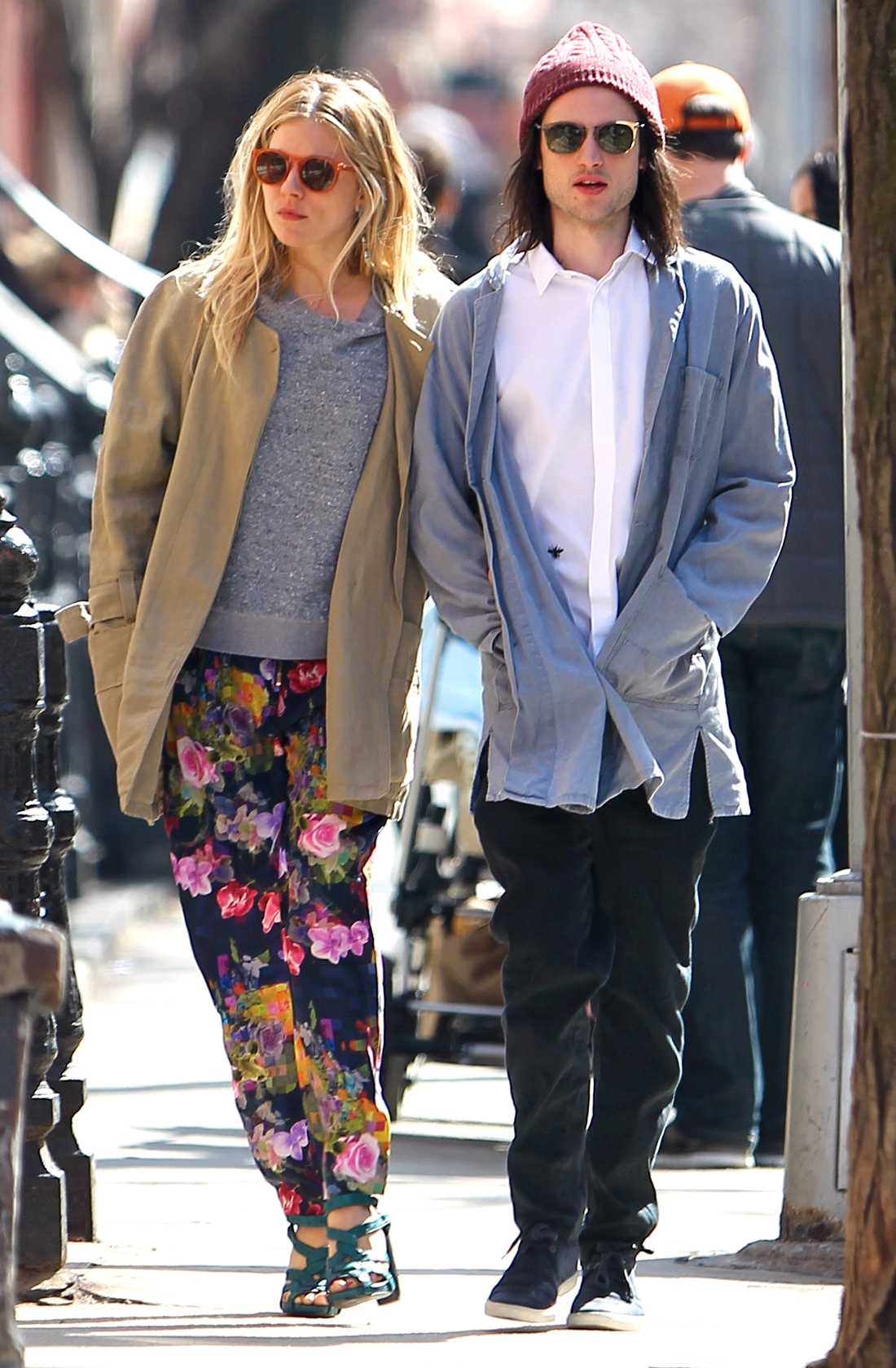 Sienna Miller På promenad med sin fästman Tom Surridge i New York.