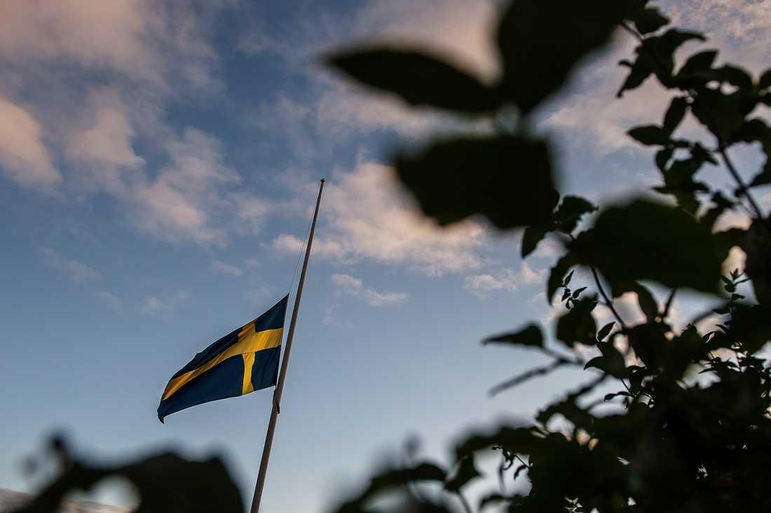 Utanför den mördade flickans skola vajar flaggorna på halvstång.
