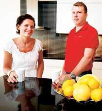 """""""Det är här vi hänger"""". säger Eva och Andreas om sitt nya kök."""