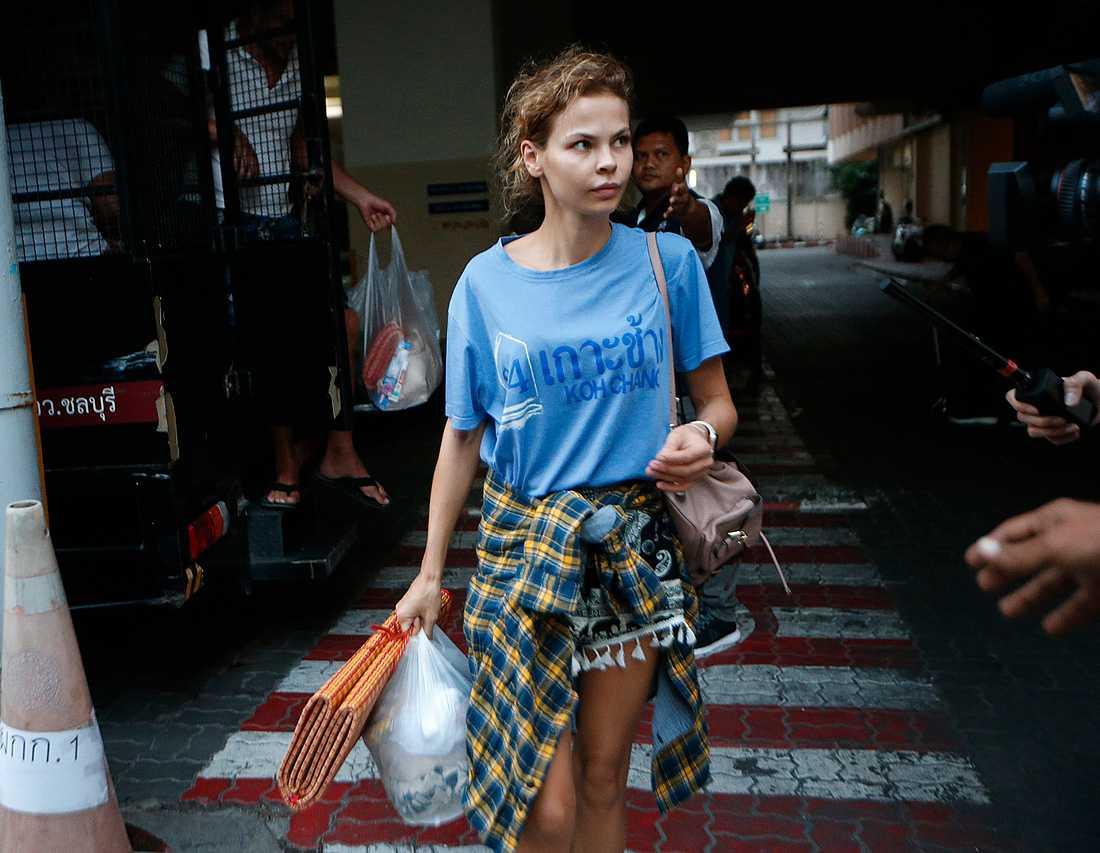 Anastasia Vasjukevitj fotograferad den 28 februari när hon anlände till arresten i Bangkok efter att hon tidigare gripits i Pattaya.