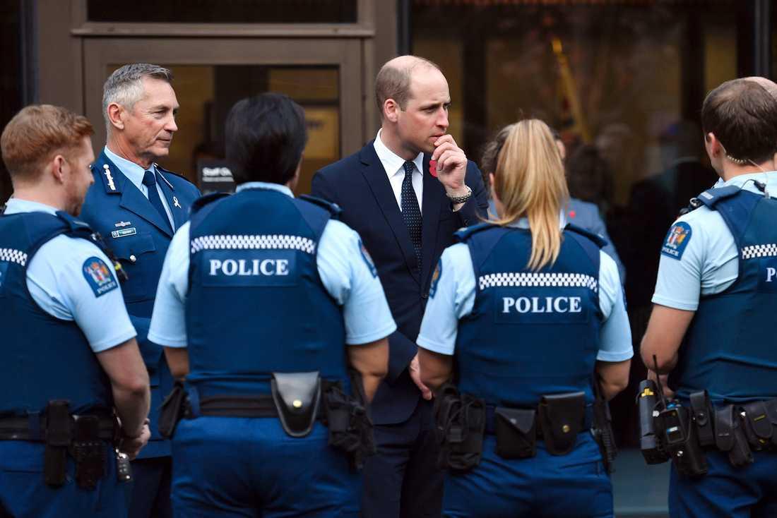 Prins William möter poliser som var tidigt på plats efter moskéattackerna i Christchurch.