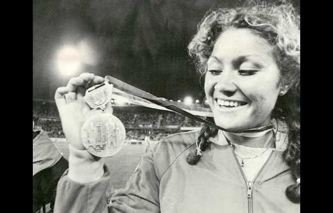 Linda håller upp sin silvermedalj från EM -78.