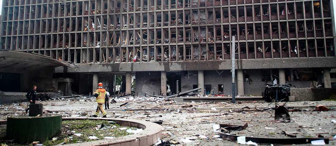 Förödelse Vid halv fyratiden briserar en kraftig bomb i regeringsområdet i centrala Oslo, nära statsministerbyggnaden. Många dör och 10–15 skadade personer hämtas ur byggnaden.