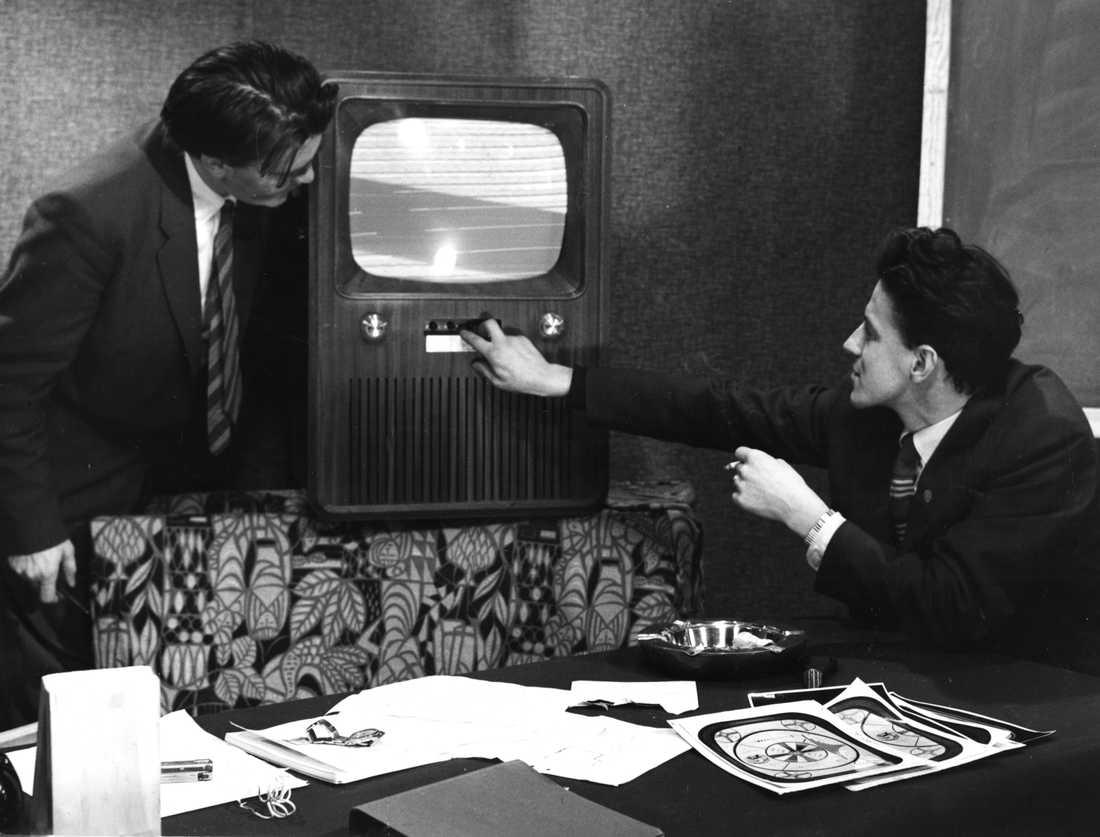 Kjell Stensson stod 1962 för aprilskämtet som sannolikt lurat flest svenskar. En nylonstrumpa spänd över den svartvita skärmen skulle omvandla bilden till färg. Enligt uppgift klipptes hundratusentals strumpor sönder. Arkivbild