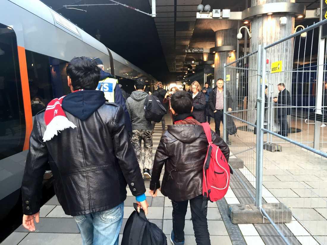 Ensamkommande flyktingbarn som anländer till Hyllie station i Malmö.