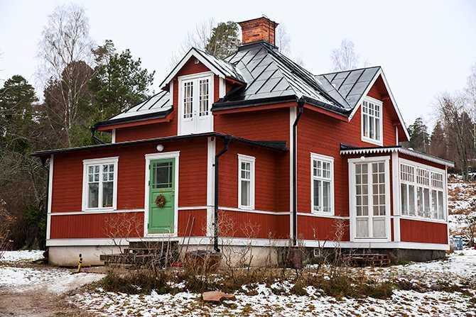 Huset är byggt 1912 och med den nya utbyggnaden som syns till vänster är det 110 kvadratmeter. Tomten varifrån man skymtar Mälaren är 3 000 kvadratmeter. Glasverandan har fått nya dörrar – köpta begagnade såklart.
