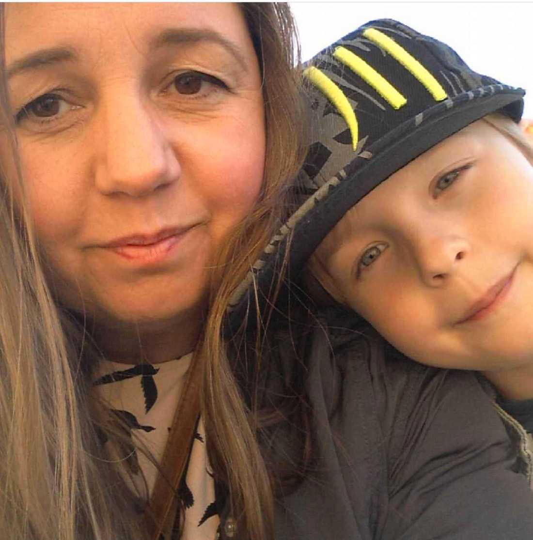 Elias mamma Lillemor skrev ett Twitter-inlägg och uppmuntrade andra att prenumerera på hans youtubekanal