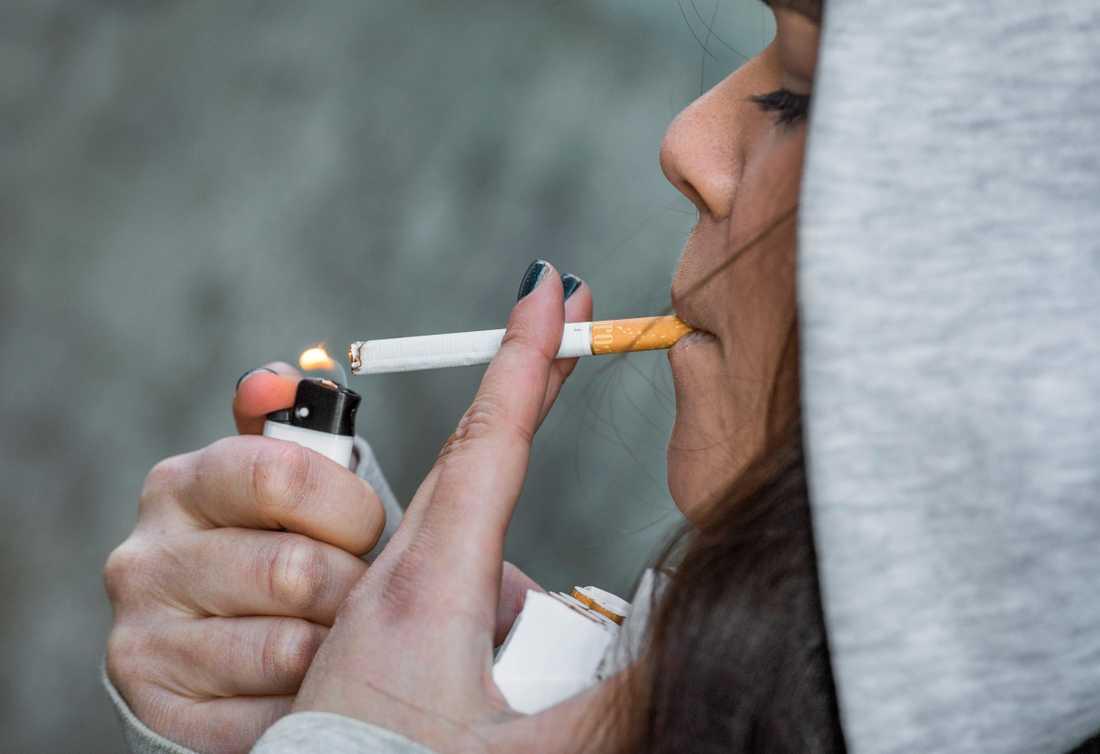 Den 1 juli blir det förbjudet att röka på många allmänna platser i Sverige, bland annat på uteserveringar. Arkivbild.