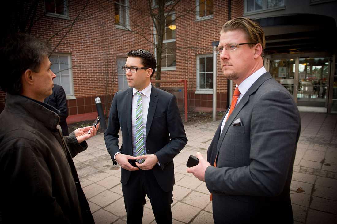 Jimmie Åkesson utanför Norrlands universitetssjukhus. Till höger SD:s pressekreterare Linus Bylund.
