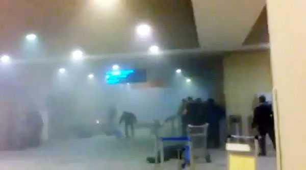 Chockade människor rusar mot utgången efter terrorattacken på Moskvas flygplats Domodedovo.