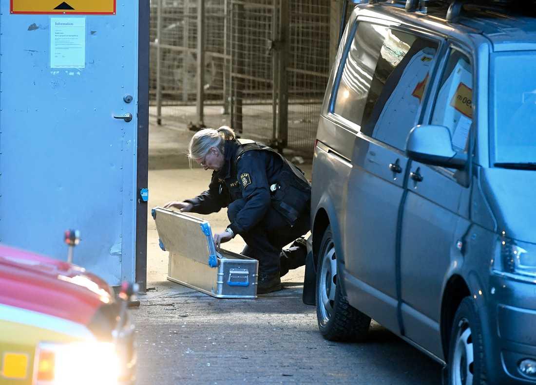 En polistekniker undersöker mordplatsen.