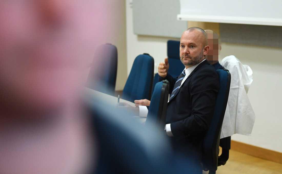Dold bakom advokat Jens Arnhof sitter den misstänkte för styckmordet i Kalix.