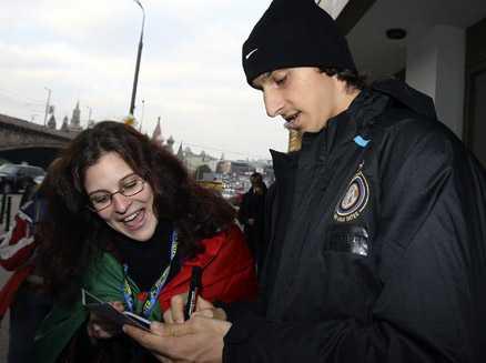 Zlatan skriver autografer på Röda torget.
