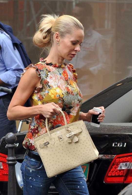 NINA: Självklart ska Seger ha en Birkin bag från Hermés. Denna klassiska (och snordyra) väska är ett måste om man vill vara med i rika fotbollsfruarklubben. Man skulle kunna raljera kring att det är vansinne att köpa en så dyr väska. Men så länge ingen gnäller på att Zlatan köper svindyra klockor så tänker inte jag klanka ner på Helena!