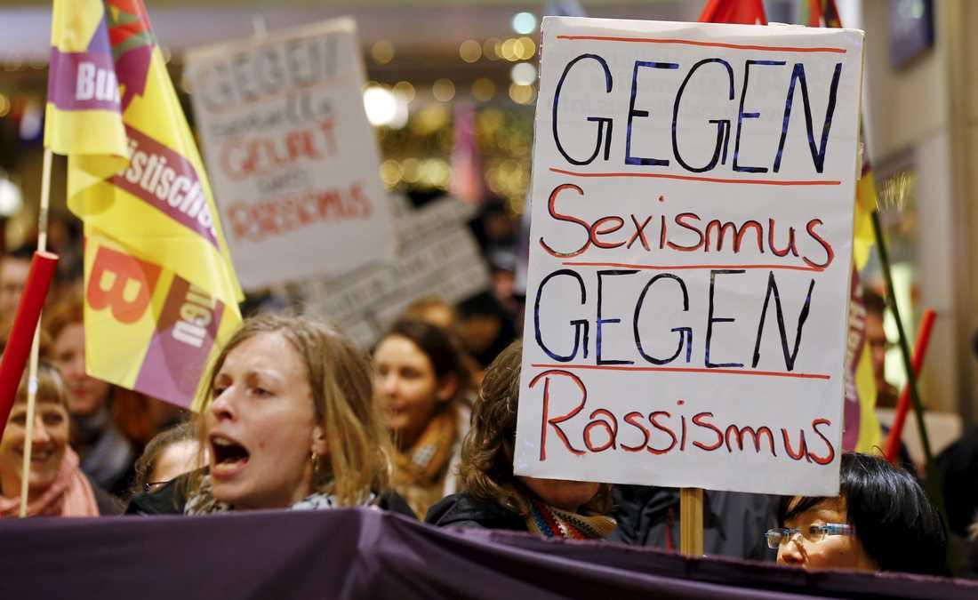 """Kvinnor samlades i Köln för att protestera mot sexism och rasism efter larmen om övergrepp på nyårsnatten. """"Mot sexism, mot rasism"""" står det på plakaten."""