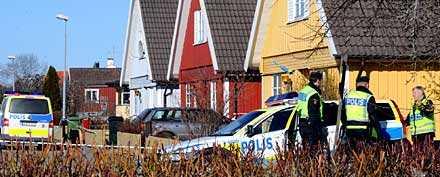 Polisen undersöker huset i Arboga där två barn dödades och deras mamma skadades svårt.